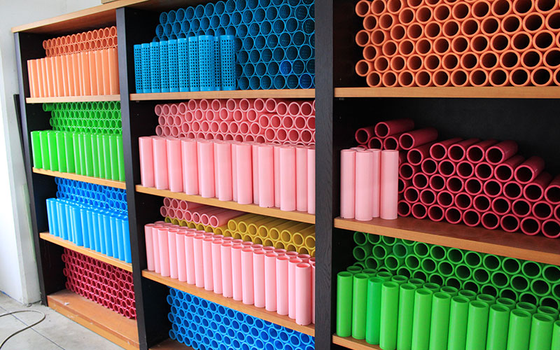 Shelves with colored tubes for rewinding threads